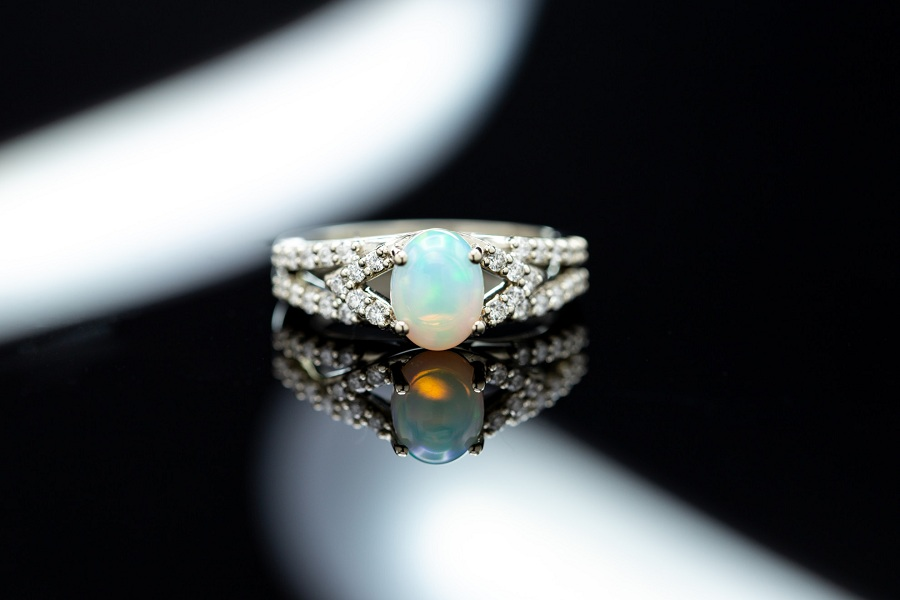 Jewelry Rings Made with Pearls of Many Colours