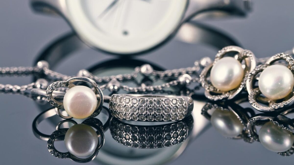 Top 5 Reasons to Gift Jewelry to Your Friends